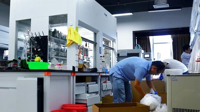 伊宁实验室设备搬运人员开始接种新冠疫苗