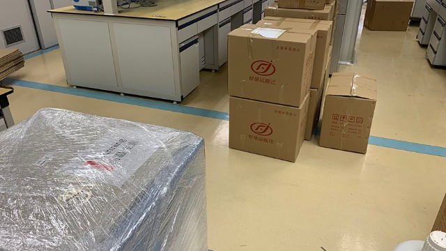 华阴实验室设备搬运人员为环保加油